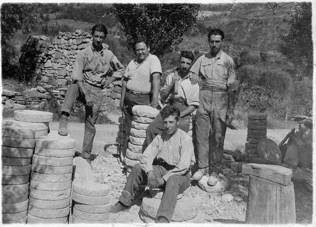Ouvriers meuliers au début du 20ème siècle, époque à laquelle le village n'était pas pourvu d'électricité. Nombreuses étaient les familles locales qui pratiquaient cet artisanat original