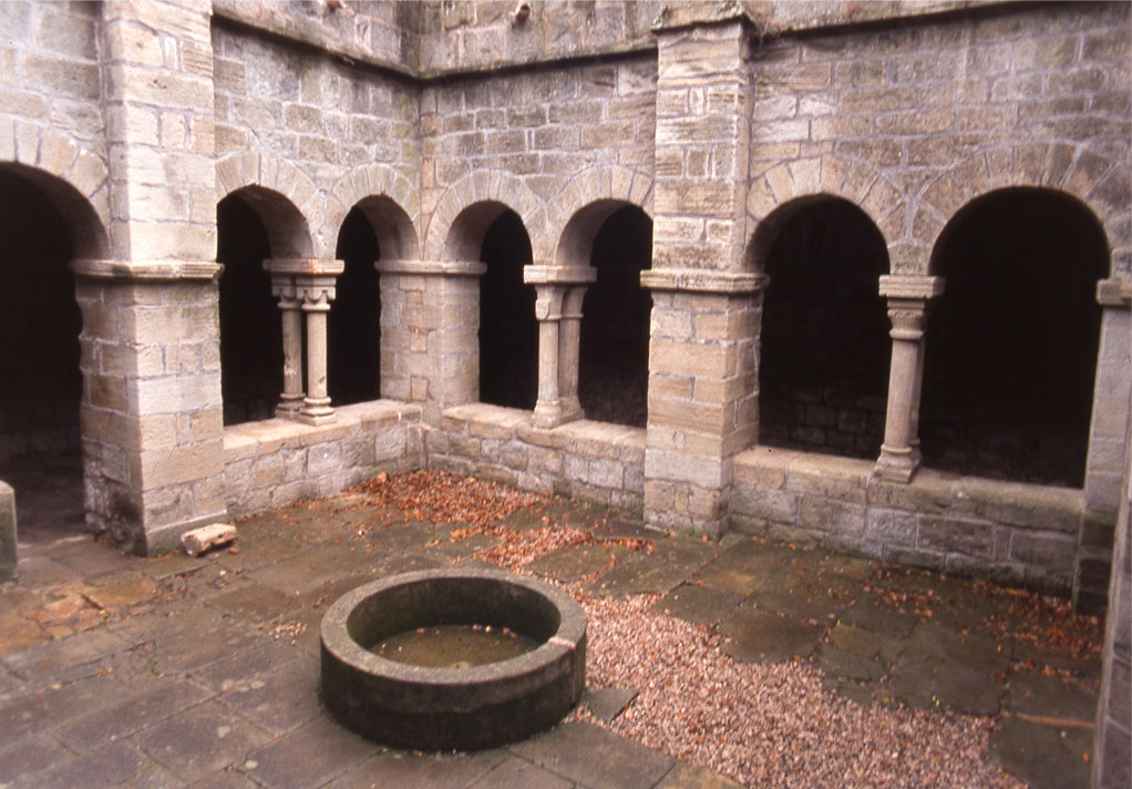 Cloître du prieuré St Michel de Grandmont, commune de Saint-Privat
