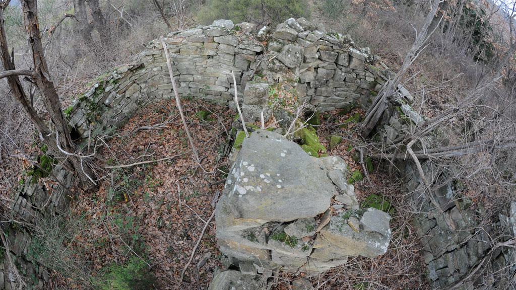 Cabanne originale à deux pièces, perdue dans la forêt à quelques centaines de mètres d'ici. Ces vestiges occupent les «Bruyères» des Salses à Usclas du Bosc.