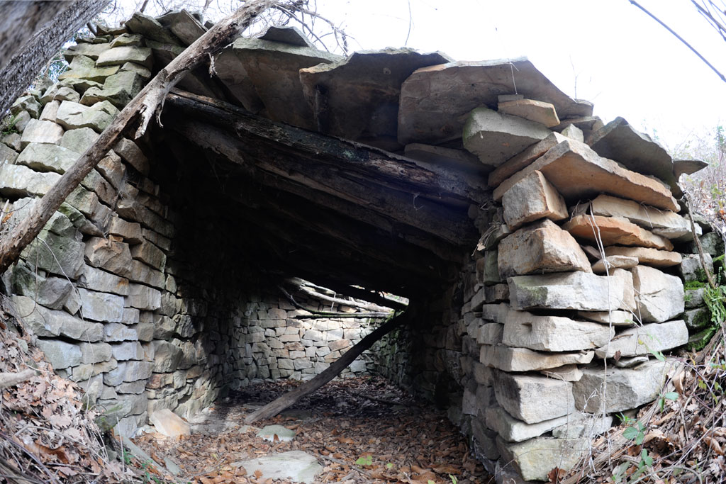 Une des nombreuses cabannes de meuliers situées près des fronts d'extraction