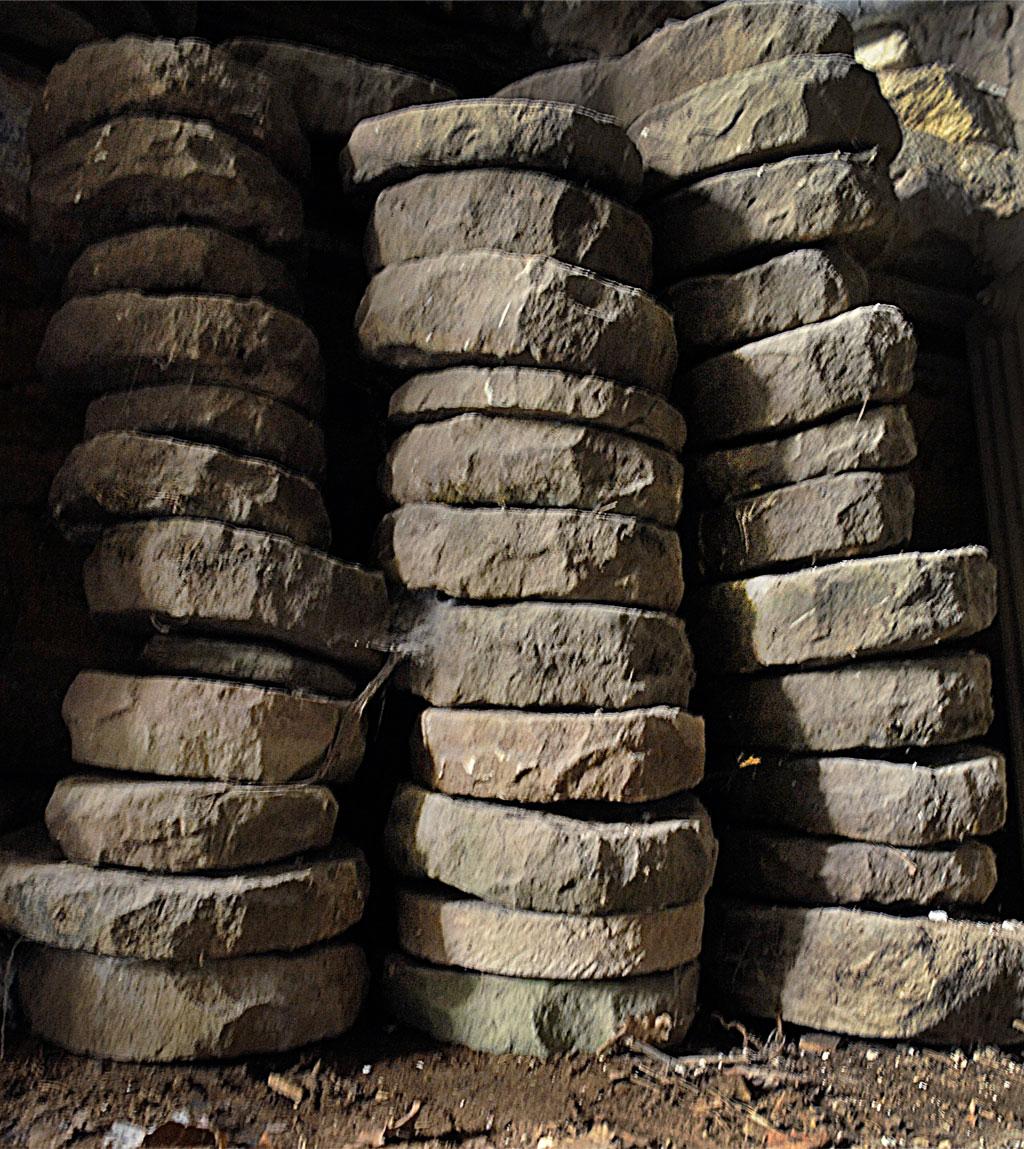 Ébauches de meules trouvées partout dans les caves du village (coll. C. Cornier)