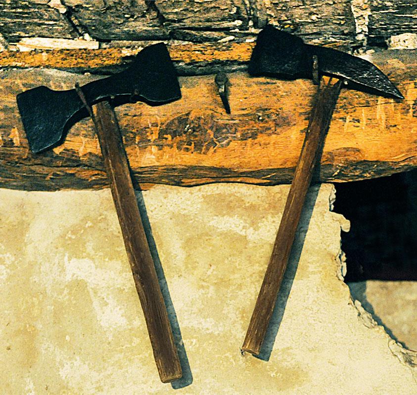 Quelques outils des meuliers, en haut des layes (coll. A. Rigo), à droite barre à mine, coin et piolets, servant à toutes les étapes du dégrossissage (coll. Colicci)